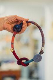 collana: lana, cotone, bottoni e ceramica